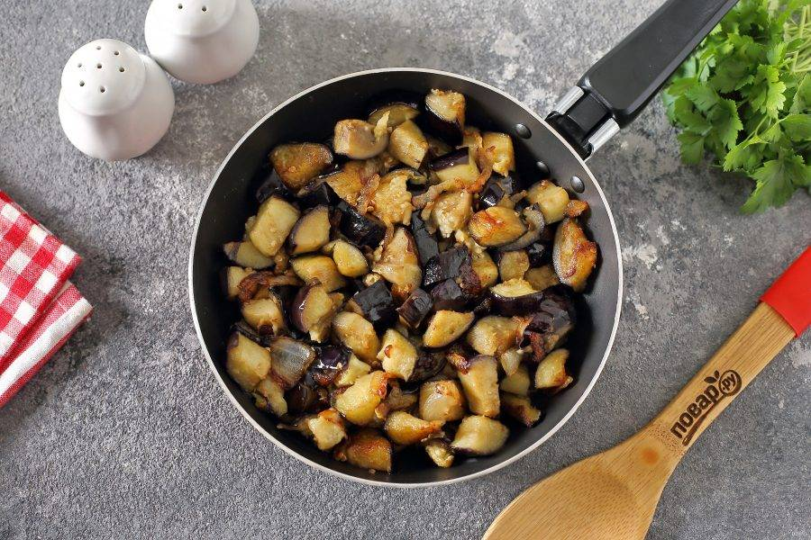 Добавьте баклажаны к луку и обжарьте все вместе до полной готовности.