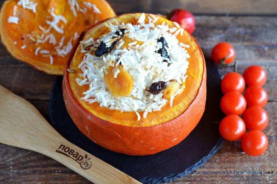 9. Запекайте в разогретой до 180 градусов духовке около 2 часов. Подавайте рис прямо в тыкве. Приятного аппетита!