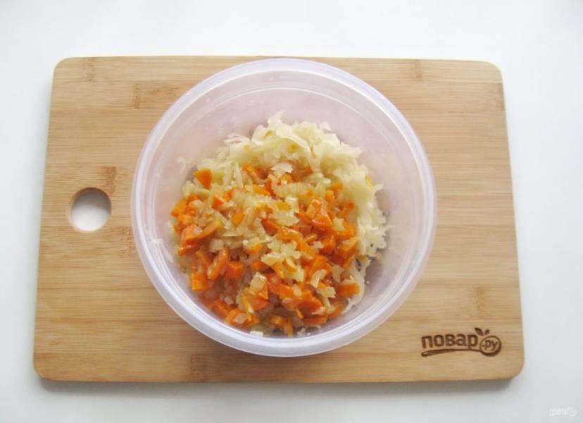 Выложите квашеную капусту, морковь и лук в миску.