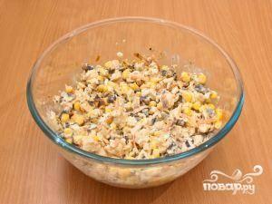 Все ингредиенты сложить в салатницу, добавить майонез и хорошенько перемешать. Готово!