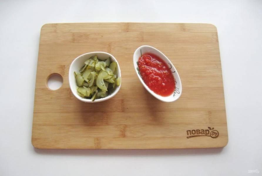 Один крупный огурец мелко нарежьте или натрите на терке. Помидоры измельчите любым способом. Можно перед этим снять шкурку, обдав помидор горячей водой.