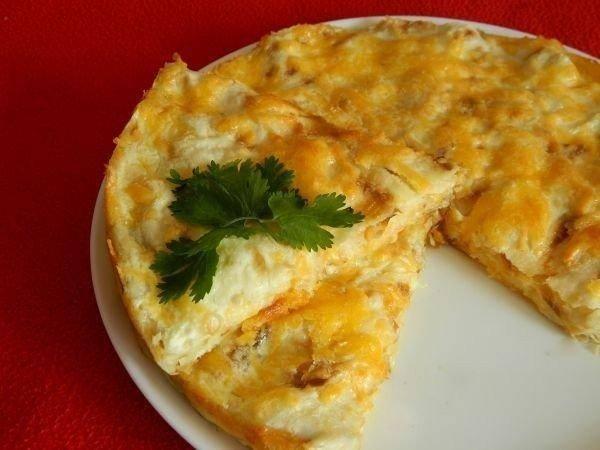 8. Когда появится аппетитная румяная корочка, пирог из лаваша с сыром в домашних условиях готов. Немного остудив, достаньте его из формы. И можете подавать к столу.