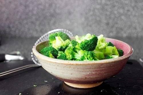 Для начала мы промываем брокколи под водой и разделяем на соцветия. В сковороде растапливаем сливочное масло, добавляем оливковое и обжариваем на этой смеси измельченный лук и чеснок. Затем добавляем брокколи и тушим все на медленном огне, пока брокколи не станет мягкой.