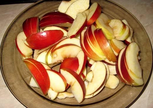 5. Яблоки нарежьте дольками, очистив от косточек.