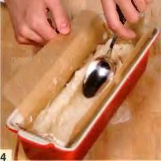Форму для выпечки смазать маслом, прикрыть бумагой. Уложить на дно половину рыбного пюре. Округлой стороной ложки сделать по всей длине формы впадину.