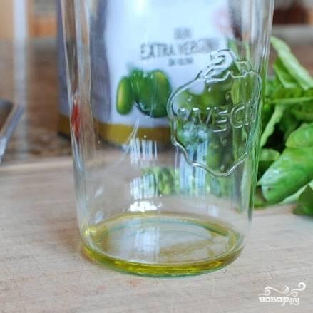 На дно баночки, в которой будем хранить помидоры, наливаем немного оливкового масла.