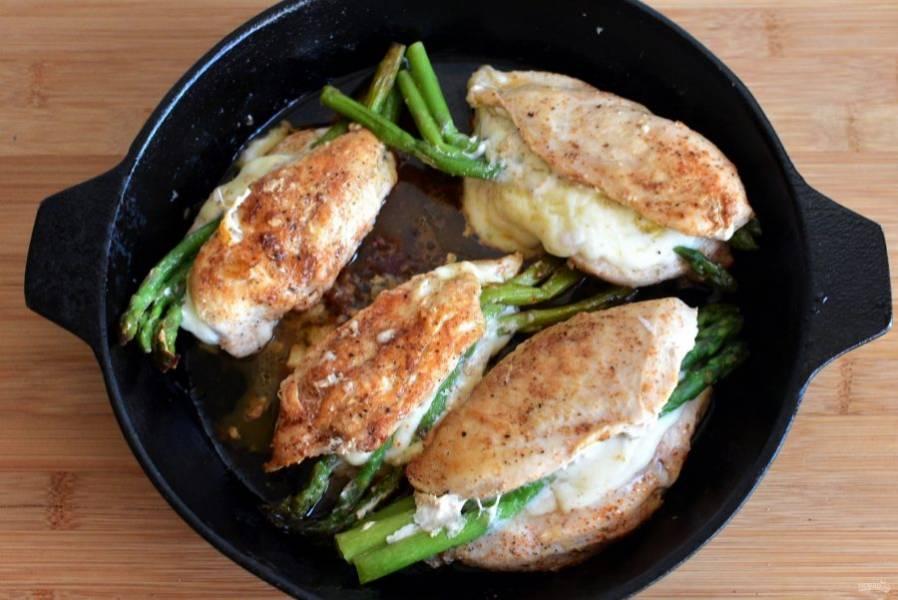 Разогрейте на сковороде масло и обжарьте грудки с двух сторон до румяной корочки. Накройте сковороду фольгой и поставьте грудки в разогретую до 220 градусов духовку минут на 10. Выньте из духовки и дайте постоять под фольгой еще минут 5-7.