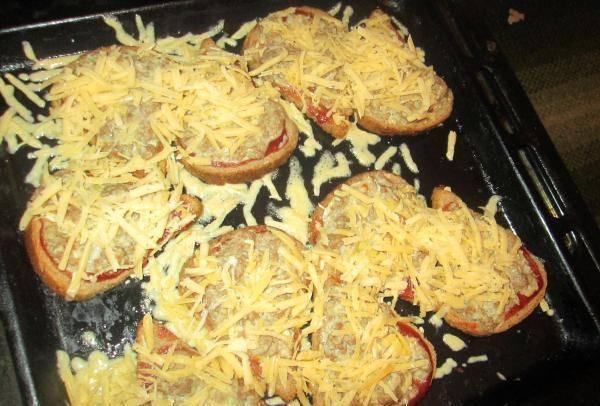 Посыпаем горячие бутерброды тертым сыром. Как только сыр расплавится - все готово!