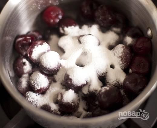 3. Добавьте крахмал и немного сахарной пудры. Если используете свежие вишни, а не замороженные, то добавьте еще чуточку воды. Поставьте на огонь. После закипания уварите на медленном огне до мягкости (минут 10-13).