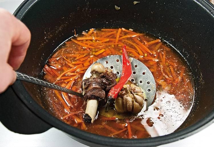 10. Перемешиваем зирвак и маш, накрываем крышкой и тушим. Здесь главное не переварить маш, а приготовить его аль-денте. Это делается для того, чтобы после закладки риса он доготовился и не был переваренным.