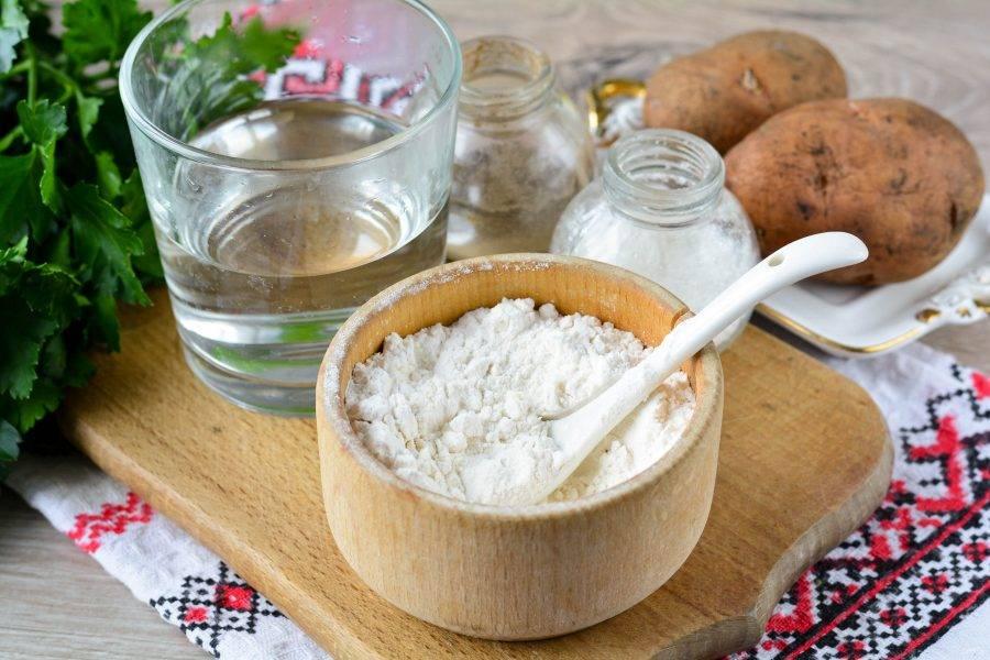 Подготовьте ингредиенты для приготовления постных чебуреков с картошкой.