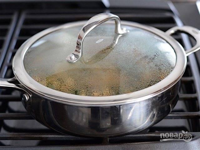 7.Уменьшите огонь и накройте сковороду крышкой, тушите на слабом огне около 20 минут.