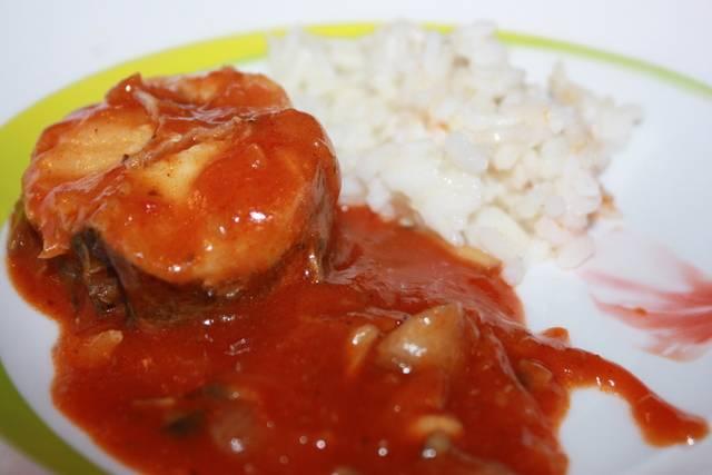 Подаем рыбу в томате с любимым гарниром. Приятного аппетита!