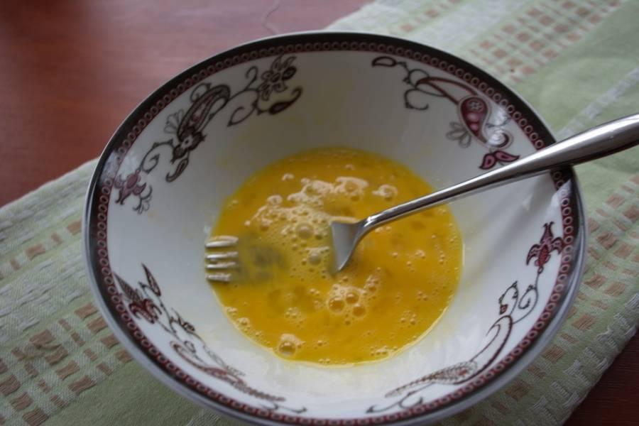 В другой миске взбить 1 яйцо со щипкой соли.