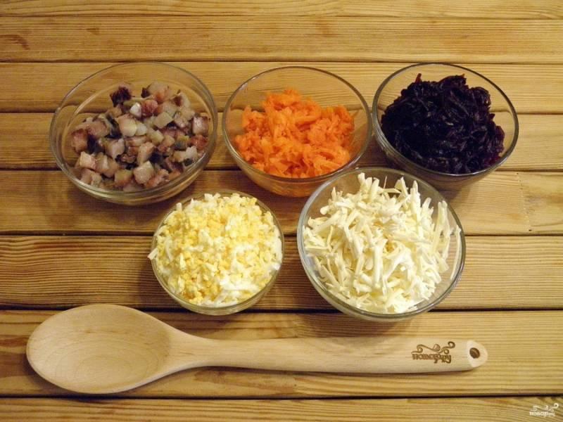 Селедку нарежьте кубиками, а остальные овощи и яйца на крупной терке натрите.