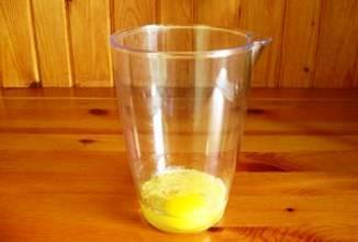 Приступим к приготовлению нашего майонеза: 1. Лучше всего майонез готовить при помощи блэндера и специального сосуда для него. В емкость добавляем яйцо, горчицу, сахар, соль, перец и лимонный сок.