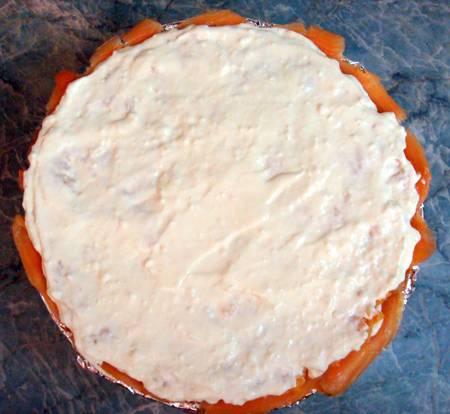 9. Оставшийся крем распределить ровным слоем и убрать торт в холодильник минимум на 4 часа.