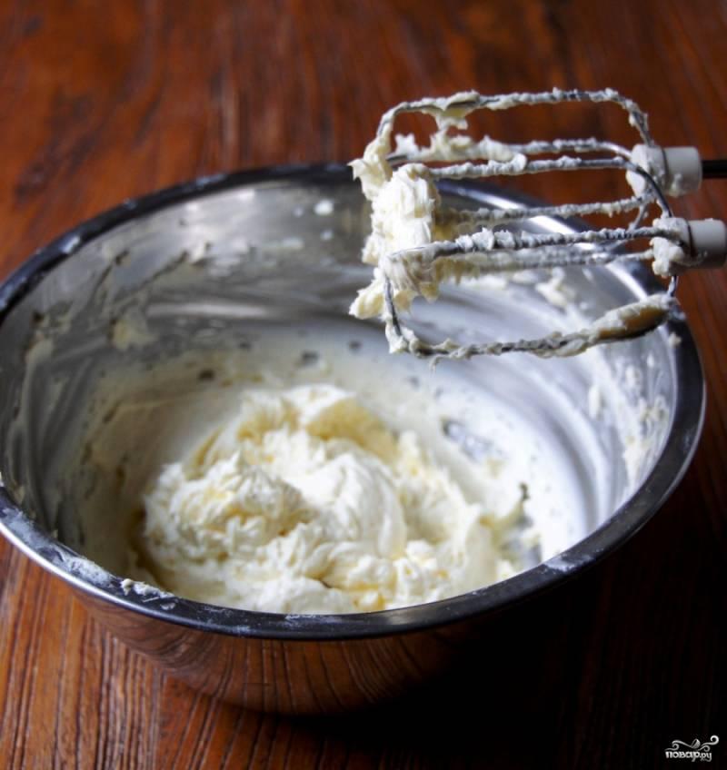В другой миске при помощи миксера или блендера взбиваем сливочный сыр и сахар.