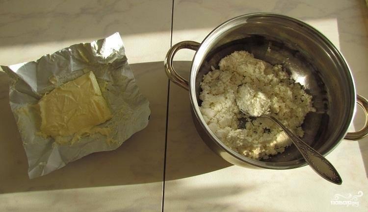 1.Берем размягчённое масло, разминаем творог вилкой.