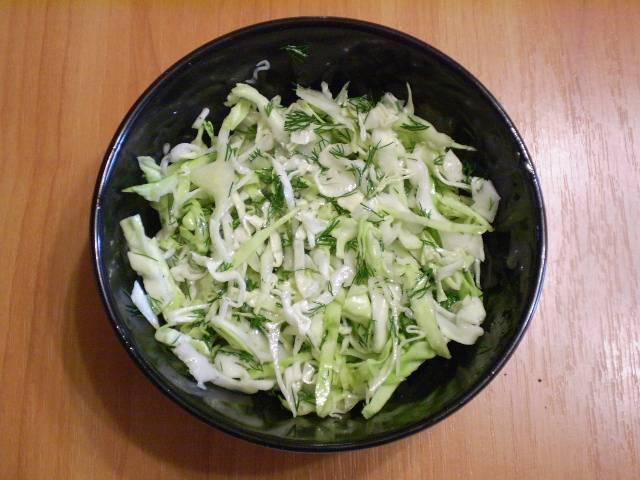 4. Заправьте салат смесью масла и уксуса. Готово!
