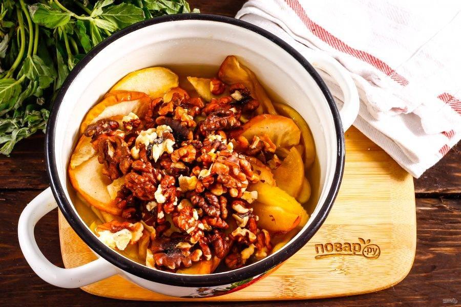 Затем всыпьте ядра грецких орехов и перемешайте, снова остудите 1 час. Во время остывания яблоки будут впитывать сироп в себя, становиться прозрачными. Прогрейте в третий раз варенье и выключите нагрев.