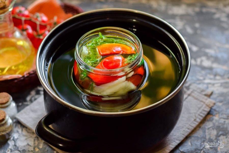 Стерилизуйте помидоры 15 минут с момента закипания воды в кастрюле.