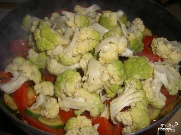 Тушим еще 5 минут под закрытой крышкой, чтоб цуккини стали мягкими и добавляем капусту, разделенную на соцветия.