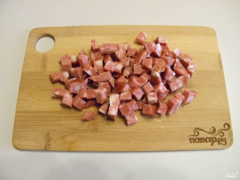 Аналогичным образом порежьте и колбасу.