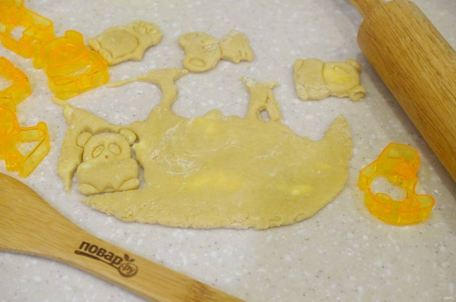 4. Тесто раскатайте толщиной 5 мм и вырубите различные фигурки.