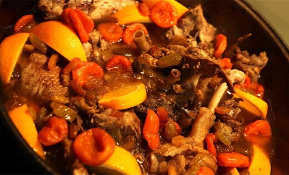 5. Теперь добавьте в утятницу соевый соус, гвоздику, приправы, полстакана вина, нарезанный апельсин дольками и сухофрукты. Продолжайте тушить еще 30-40 минут.