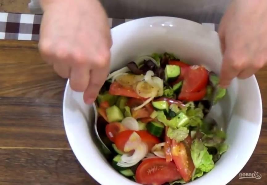 3. Перемешайте салат, чтобы равномерно распределить заправку. Приятного аппетита!