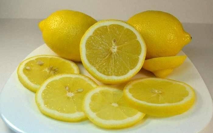 3. Лимон – неотъемлемый ингредиент для рыбы. Не может обойтись без него и рецепт приготовления скумбрии на решетке в фольге. Лимон необходимо тщательно вымыть и нарезать тонкими дольками, удалив косточки.