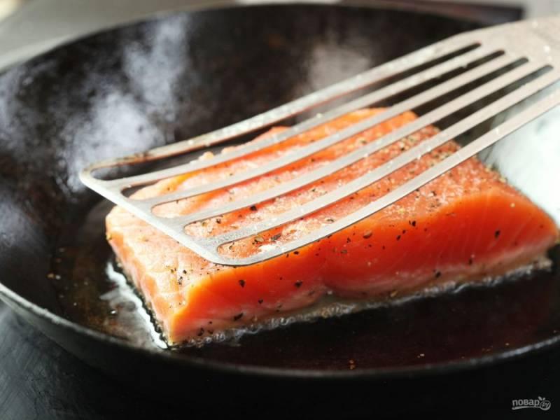 4.Выложите рыбку сперва кожей вниз, прижмите лопаткой и обжаривайте рыбку около 30 секунд.