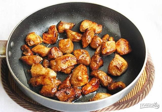 2. Куриное филе вымойте, обсушите и нарежьте кубиками. Разогрейте на сковороде растительное масло и обжарьте курочку минуты 3 на среднем огне. После влейте соевый соус и жарьте еще минут 5, помешивая, до готовности.