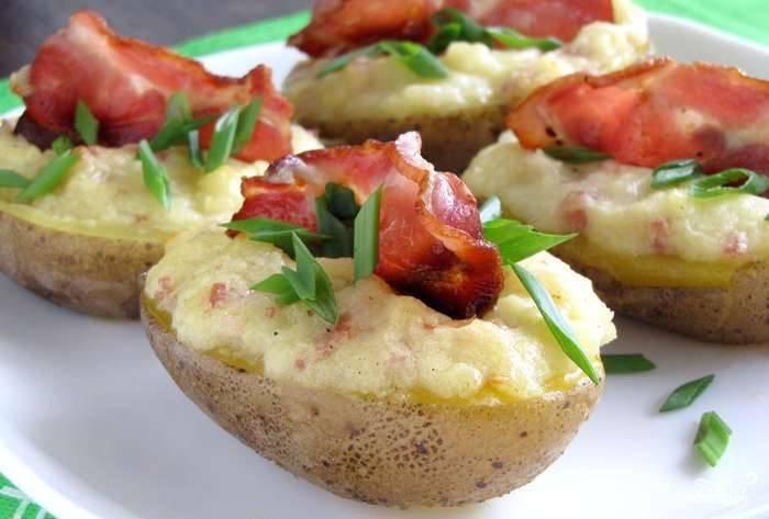 Запекайте лодочки в духовке при 180 градусах в течение 10 минут. Перед подачей украсьте зеленым луком. Приятного вам аппетита!