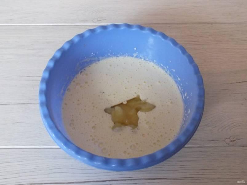 Взбейте в пышную, белую пену. Добавьте яблочное пюре, растительное масло. Взбейте еще раз.