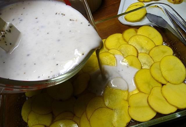 5. Часть соуса вылить на картофель, предварительно немного подсолив его.