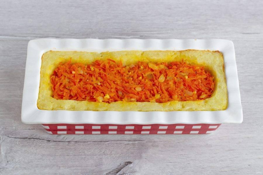 После того, как запеканка будет готова, дайте ей отдохнуть 5 минут, накройте блюдом и переверните. Можно подавать к столу!
