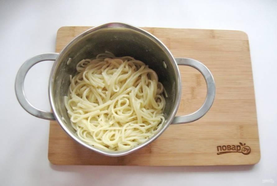 Лапшу отварите, воду слейте. Можно добавить немного растительного масла, чтобы она не слиплась.