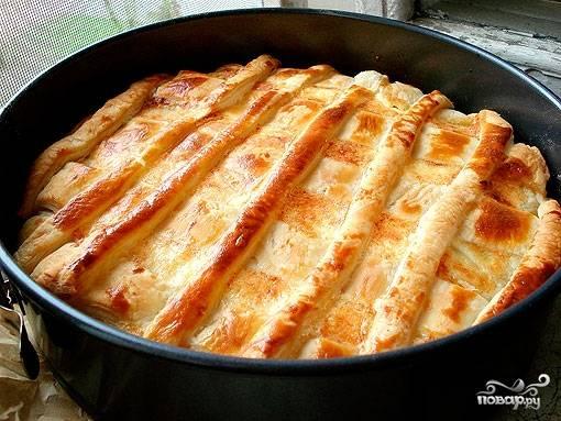 Отправляем пирог в духовку, разогретую до 220 градусов. Выпекаем полчаса до появления золотистой корочки. Приятного аппетита!