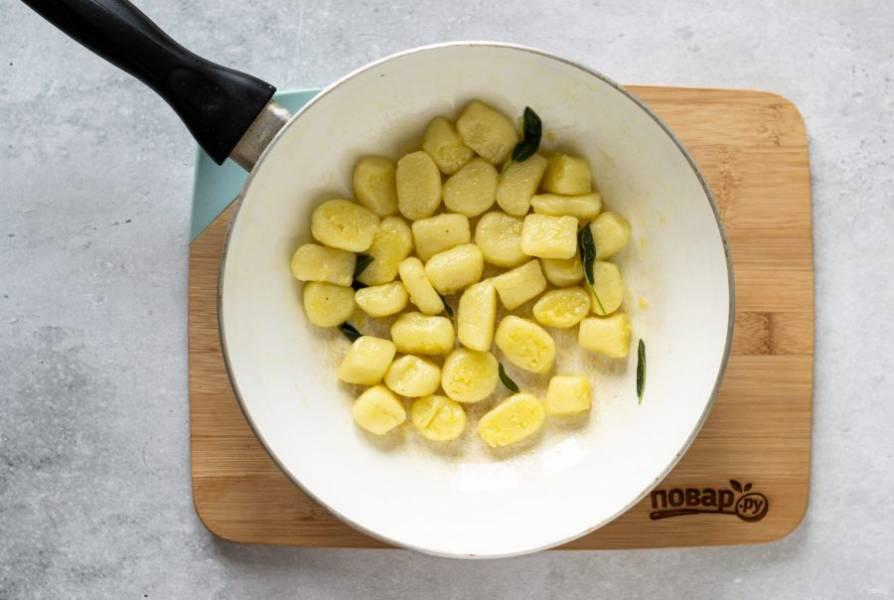 В сковороде растопите кусочек масла, добавьте пару листиков шалфея. Потомите его, пока не раскроется аромат. Затем добавьте ньокки и обжарьте их пару минут.