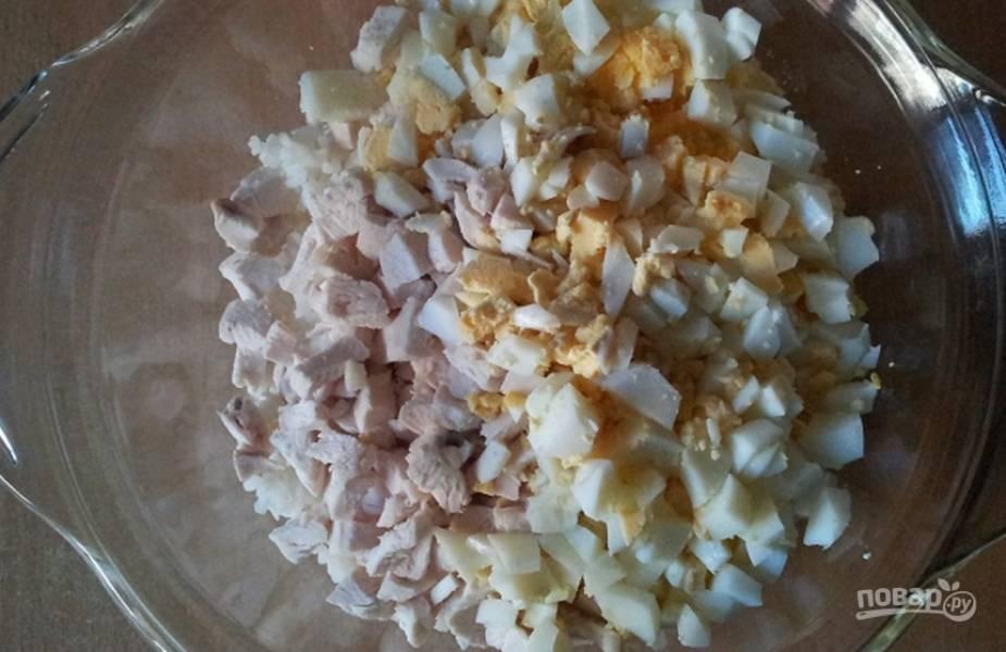 Яйца следует отварить вкрутую. Очистите, измельчите и добавьте их в салатницу.