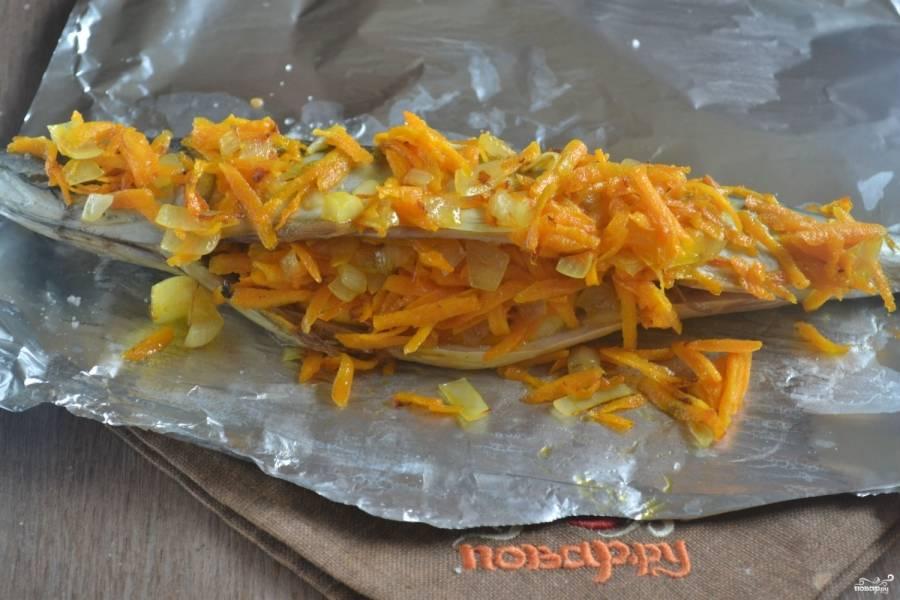 Нафаршируйте скумбрию пассированными овощами, сколько влезет, а остальное выложите сверху.