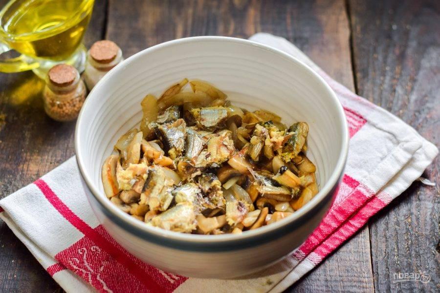 В салатник переложите грибы со сковороды и шпроты.