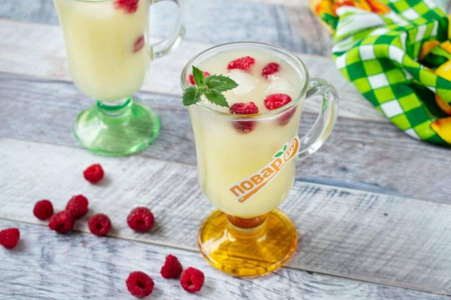 3.Добавьте сок лимона (или лайма), сахар по вкусу, если дыня попалась несладкая. Перемешайте. Подавайте со свежей малиной и большим количеством льда. Приятного аппетита!