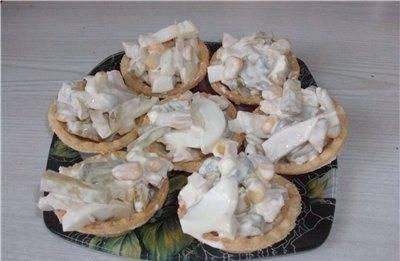 Смешиваем с кукурузой и майонезом. Добавляем специй по вкусу.  Наши тарталетки с кальмарами заполняем непосредственно перед подачей на стол. Приятного аппетита!