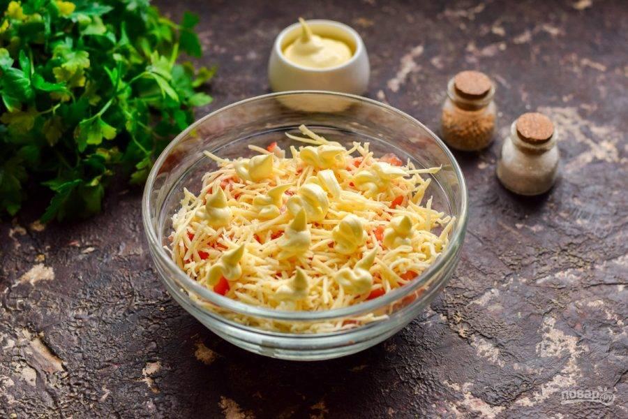 Смажьте слой сыра майонезом. Соль и перец в салат добавляйте по вкусу.