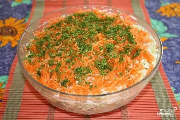9. Украсьте щепоткой свежей зелени, пусть семга под шубой постоит пару часов в холодильнике.