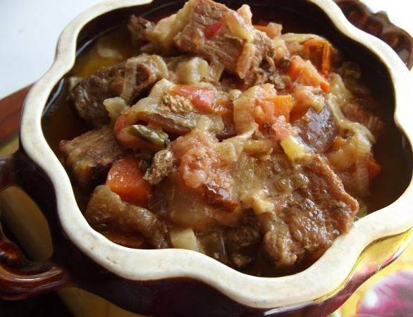 Теперь распределяем мясо с овощами по всем горшочкам. Если в мясе у вас мало подливы, добавьте в горшочки немного воды и подсолите блюдо. Помните, что жидкость в горшочках будет кипеть и может выливаться , поэтому не надо наливать воду до самого верха. Закрываем горшочки крышками или фольгой и отправляем в духовку. Готовим гуляш минут 30-35 при температуре 180 градусов до готовности картофеля.