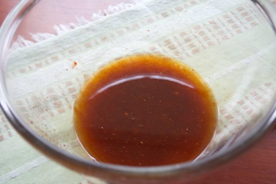 В миску поместите соль, паприку, приправу к картофелю. Вместо соли можете использовать соевый соус. Выдавите чеснок через пресс. Влейте оливковое масло. Взбейте вилочкой.